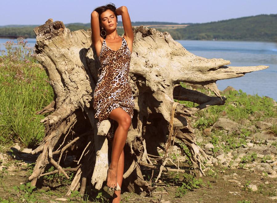フリー写真 木の根とヒョウ柄のドレス姿の外国人女性