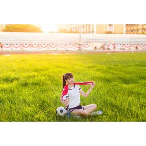 フリー写真, 人物, 女性, アジア人女性, 嚴琪琪(00273), 中国人, 少女, アジアの少女, 学生(生徒), 高校生, 学生服, セーラー服(学生服), サッカーボール, サッカー, 芝生, タオル, あぐらをかく, 座る(地面), ポニーテール