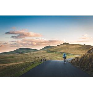 フリー写真, 風景, 丘, 道路, 田舎, 人と風景, 人と乗り物, 自転車, サイクリング, 後ろ姿, ルーマニアの風景
