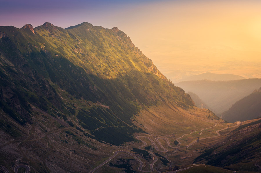 フリー写真 夕暮れの山と曲がりくねった道路の風景