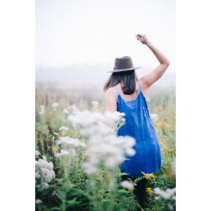 フリー写真, 人物, 女性, 外国人女性, 後ろ姿, 帽子, 中折れハット, 後ろ姿, 人と花, 草むら