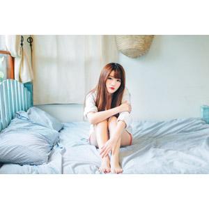 フリー写真, 人物, 女性, アジア人女性, 欣欣(00001), 中国人, 座る(ベッド), 寝間き(パジャマ)