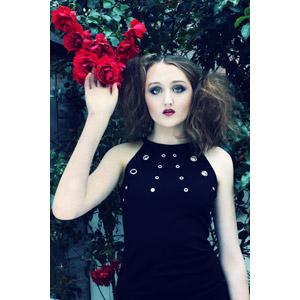 フリー写真, 人物, 女性, 外国人女性, ドレス, 人と花, 薔薇(バラ), 赤色の花