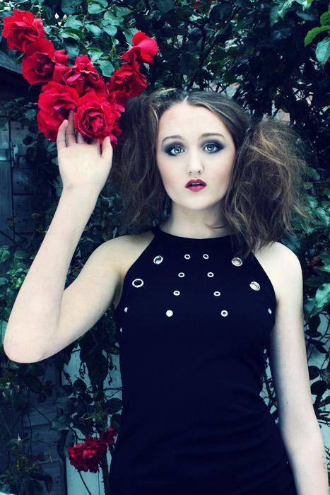 フリー写真 薔薇の花とドレス姿の外国人女性