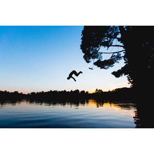 フリー写真, 人と風景, シルエット(人物), 飛び込む(ダイブ), 湖, 湖水浴, 夕暮れ(夕方)