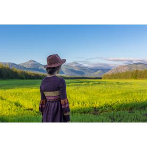 フリー写真, 人物, 女性, 外国人女性, 人と風景, 帽子, 中折れハット, 眺める, 後ろ姿, 畑, 山