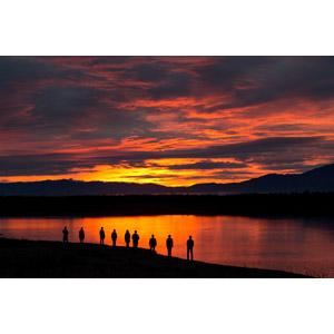 フリー写真, 風景, 河川, 夕暮れ(夕方), 夕焼け, 人と風景, シルエット(人物), 集団(グループ)