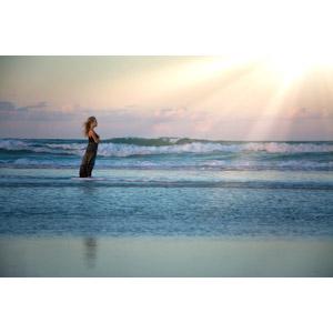 フリー写真, 人物, 子供, 女の子, 外国の女の子, 人と風景, ビーチ(砂浜), 海, 太陽光(日光), 朝日