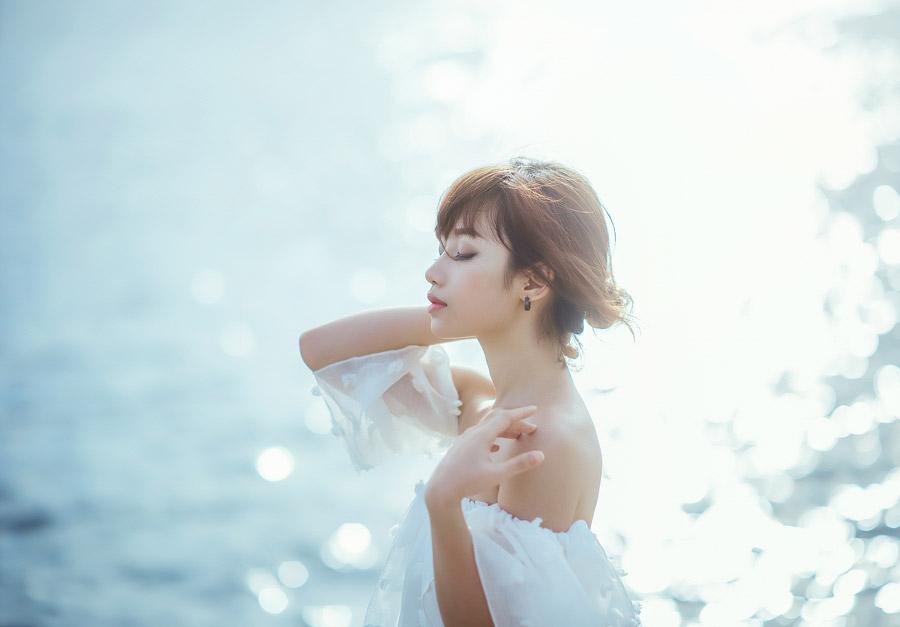フリー写真 海と目を閉じている女性の横顔