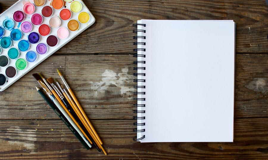 フリー写真 スケッチブックと絵具と絵筆