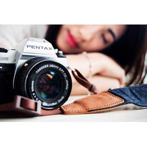 フリー写真, 人物, 女性, アジア人女性, 突っ伏す, 寝る(寝顔), カメラ, 一眼レフカメラ, ペンタックス