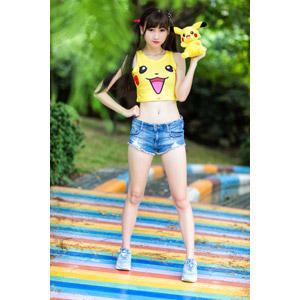 フリー写真, 人物, 女性, アジア人女性, 嚴琪琪(00273), 中国人, ツインテール, ポケットモンスター, ショートパンツ, タンクトップ, ぬいぐるみ, 腰に手を当てる