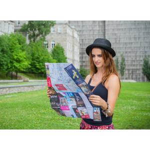 フリー写真, 人物, 女性, 外国人女性, 帽子, タンクトップ, 地図, 旅行(トラベル)