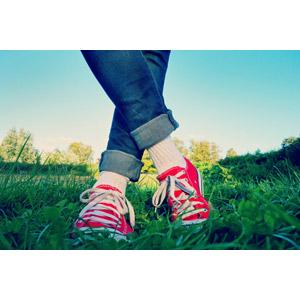 フリー写真, 人体, 足, 靴(シューズ), スニーカー, ジーンズ(ジーパン), 草むら