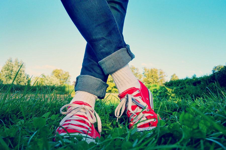 フリー写真 草むらとスニーカーを履いた足