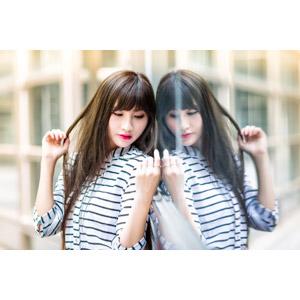 フリー写真, 人物, 女性, アジア人女性, 嚴琪琪(00273), 中国人, 鏡像, 髪の毛を触る