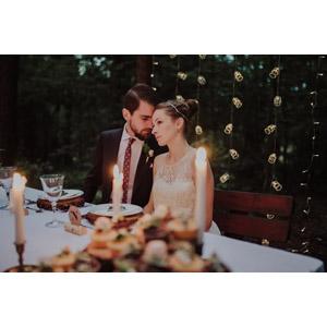 フリー写真, 人物, カップル, 花婿(新郎), 花嫁(新婦), 結婚式(ブライダル), 二人, ウェディングドレス, 結婚式(ブライダル), 寄り添う, 座る(ベンチ), ろうそく(ロウソク)