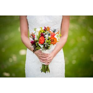 フリー写真, 人物, 花婿(新郎), 結婚式(ブライダル), ウェディングドレス, 人と花, ブーケ, 花