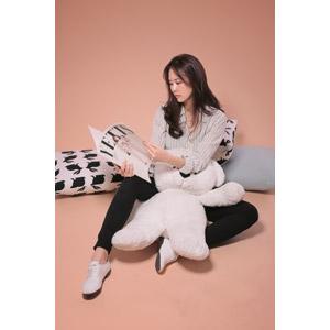 フリー写真, 人物, 女性, アジア人女性, 韓国人, 座る(床), 雑誌, 読む(読書), ぬいぐるみ