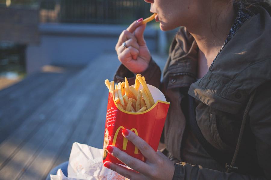 フリー写真 フライドポテトを食べる女性