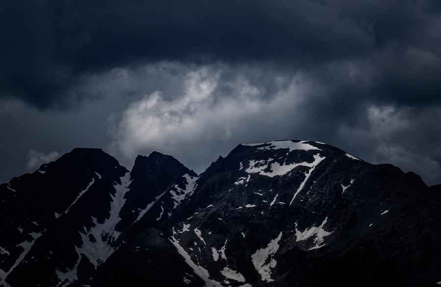 フリー写真 暗雲と山の風景