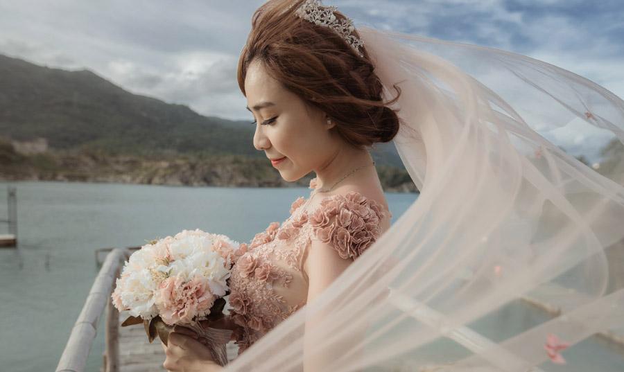 フリー写真 ブーケを持つ花嫁の横顔