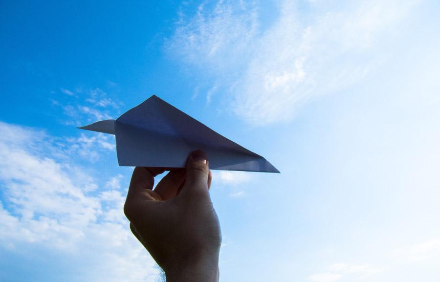 フリー写真 青空と紙飛行を持つ手