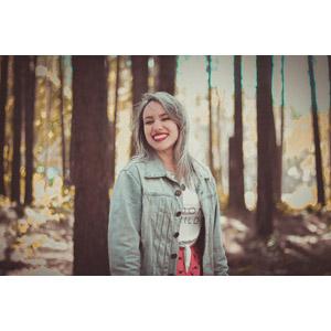 フリー写真, 人物, 女性, 外国人女性, ブラジル人, 笑う(笑顔), 森林