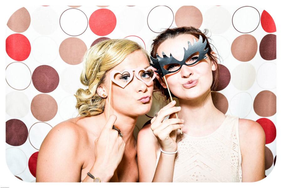 フリー写真 パーティー用メガネをつけた二人の外国人女性