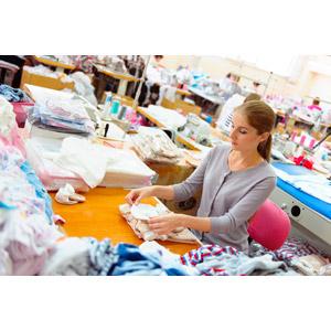 フリー写真, 人物, 女性, 外国人女性, ポニーテール, 仕事, 職業, 裁縫, 工場, 衣服(衣類), 裁縫師