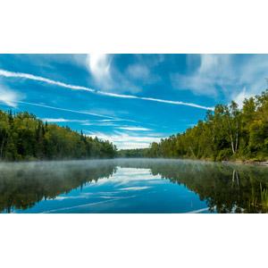 フリー写真, 風景, 自然, 湖, 飛行機雲, 青空, 雲, 森林, 霧(霞)