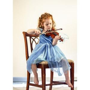 フリー写真, 人物, 子供, 女の子, 外国の女の子, イギリス人, 音楽, 演奏する, 楽器, 弦楽器, バイオリン(ヴァイオリン), 座る(椅子)