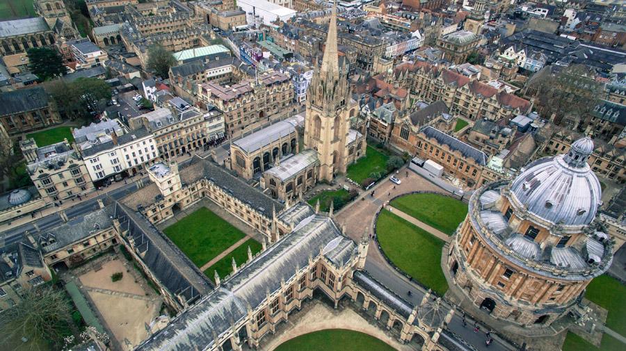 フリー写真 ラドクリフ・カメラやセント・メアリー教会のあるオックスフォード大学の風景
