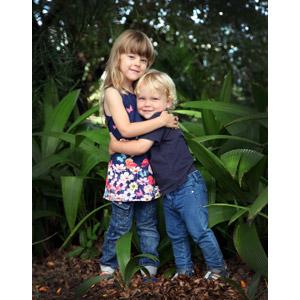 フリー写真, 人物, 子供, 女の子, 外国の女の子, 外国の男の子, 二人, 兄弟(姉妹), 抱き合う