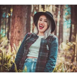 フリー写真, 人物, 女性, 外国人女性, ブラジル人, 帽子, 笑う(笑顔), 口を開ける, 森林