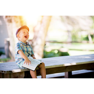 フリー写真, 人物, 子供, 男の子, 外国の男の子, アメリカ人, 本(書籍), 座る(ベンチ), 笑う(笑顔)